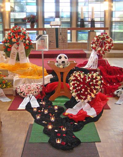 Blumen und persönliche Dinge eines Verstorbenen