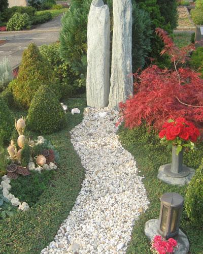 Grabmal und Bepflanzung
